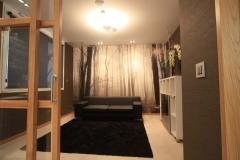 Sala de estar de nueva administracionde loteria en Llodio. La pared se ha revestido con una imagen de un bosque ...