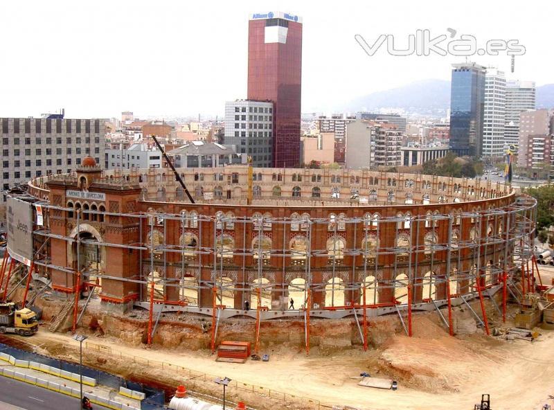 Foto estabilizaci n de la fachada de la antigua plaza de for Empresas de construccion en barcelona