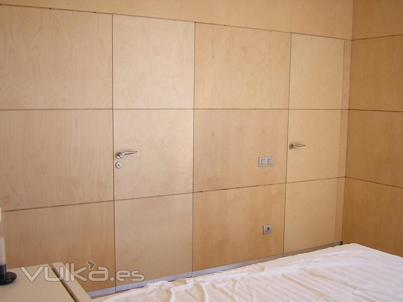 Foto panelado de pared con tablero marino de abedul puertas enrasadas en el mismo plano - Panelado de paredes ...