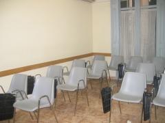 Aula blanca para 15 personas preparada para la impartición de cursos de idiomas, contabilidad, nóminas, prl...