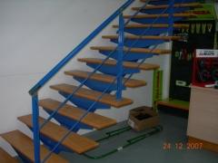 Escalera de hierro para pelda�o de madera con baranda de redondo macizo