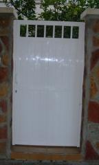Puerta de aluminio de 1 hoja abatible con parte alta con tubo redondo, panel sandwich rayado y cerradura para ...