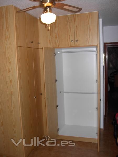 Foto armario pino peque os espacios grandes soluciones - Armarios espacios pequenos ...