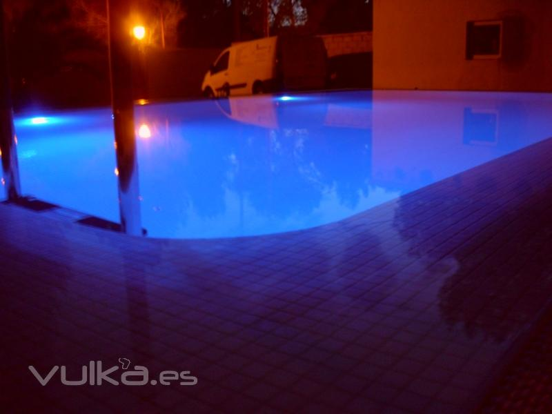 Foto iluminacion con luces de leds en piscina desbordante for Luces led piscina