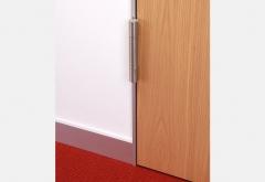 Cerco de aluminio de diseño minimalista: detalles de la serie slimline. suelo de moqueta.