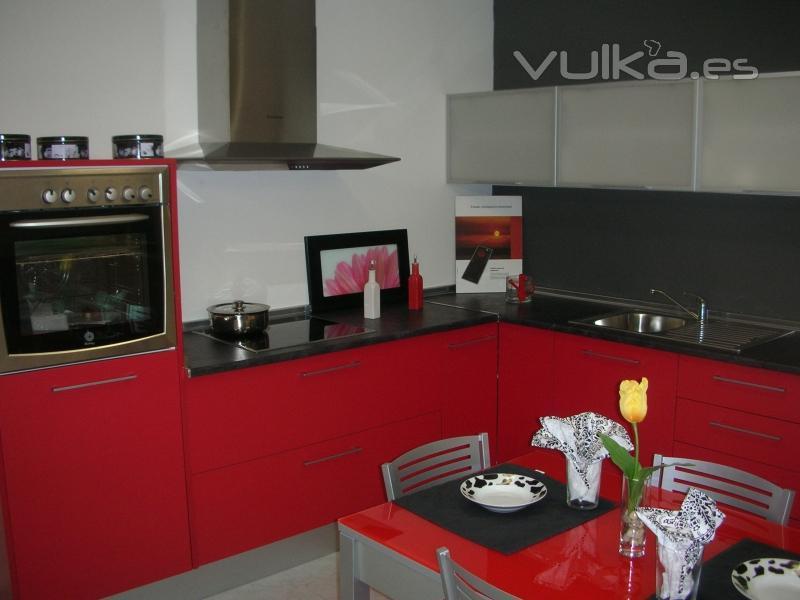 Foto muebles exposici n laminada roja encimera for Cocina roja y negra