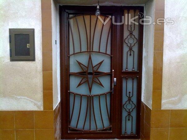 Foto puerta de hierro y cristal for Precio de puertas de hierro para casas