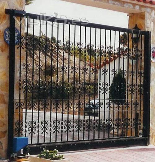 Foto puerta corredera de hierro forjado motorizada for Puertas de hierro forjado para casas