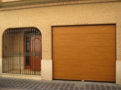Puerta seccional lisa imitación madera