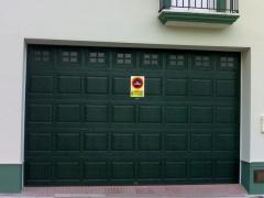 Puerta Seccional Cuarterones RAL6009 + Ventanas Cruces