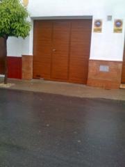 Puerta Seccional Acanalada I. Madera + Puerta Peatonal Integrada