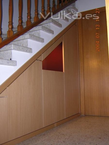 Foto mueble hueco bajo escalera rechapado de roble y laca for Muebles bajo escalera fotos