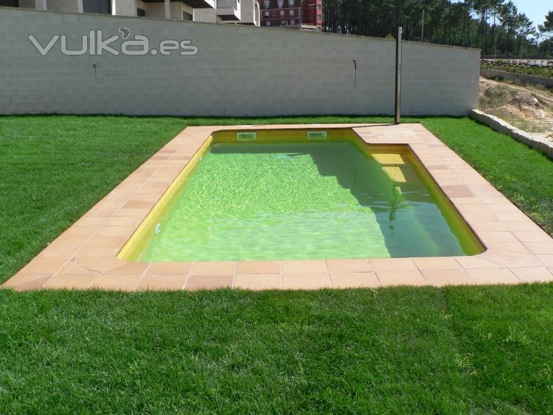 foto piscina con gresites modernos olvidando los colores