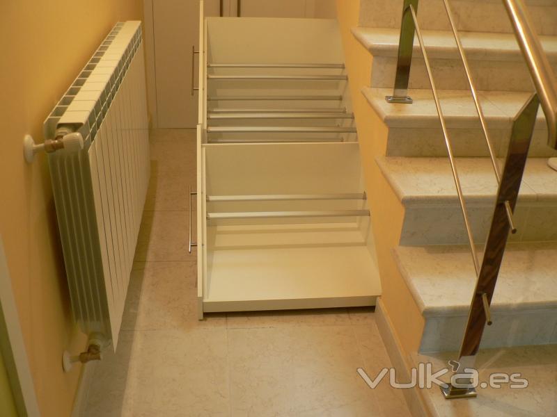 Foto zapatero y despensa en hueco de la escalera for Armarios empotrados en huecos de escaleras