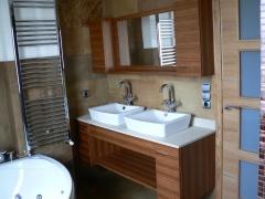 Mueble de baño con mucho detalle para darle un masimo servicio con maderas exoticas