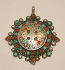 Colgante tibetano, con coral y turquesa en plata tibetana.