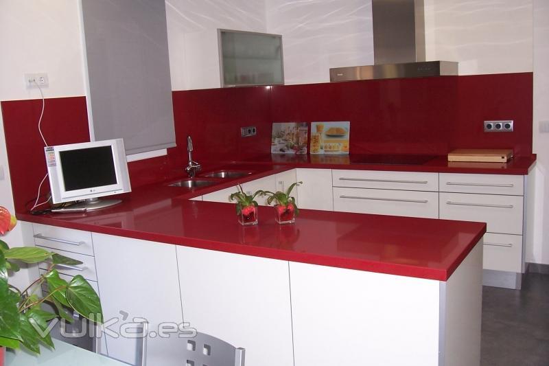 Foto: Muebles de cocina con puertas postformadas canteadas a ...