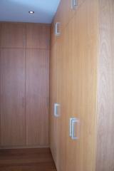 Armarios en esquina con puertas practicables, material en rechapado de cedro