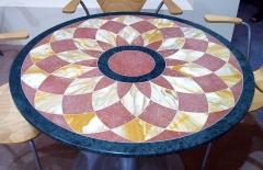 Mesa con piezas incrustadas