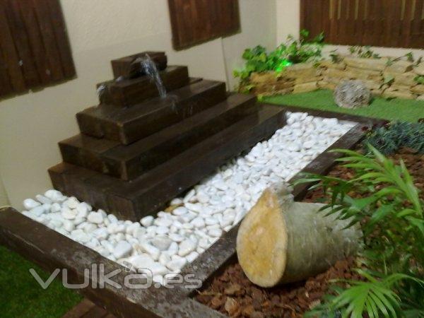Foto jard n en patio interior con cascada - Cascada de jardin ...