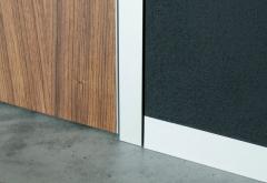 Cercos y z�calos de aluminio, hoja de puerta con canto de aluminio, detalle.