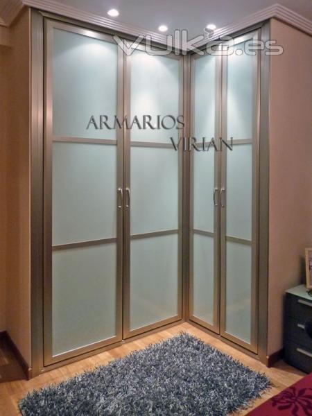 Foto armario empotrado con puertas abatibles en esquina - Fotos de armarios empotrados ...