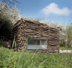 El edificio acoge la construcción de un aseo destinado a los usuarios del golf lauterhofen.  con el objetivo de ...