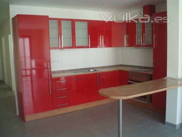 Foto cocina en rojo brillo for Disenos de muebles de cocina colgantes