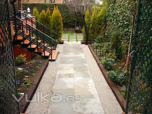 Foto pasarela jard n bajo mantenimiento for Jardines de bajo mantenimiento