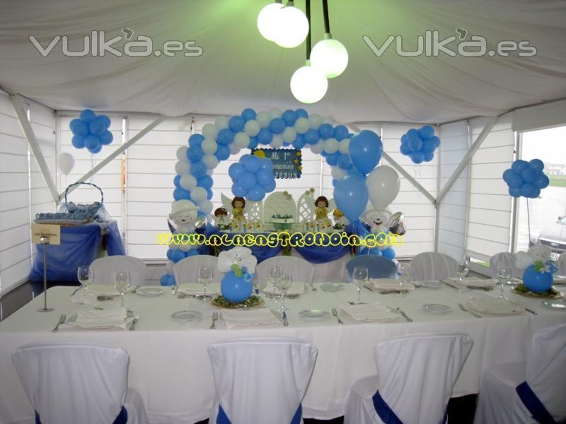 Foto: Decoracion de comunion con arco de globos.