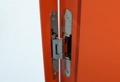 Sistema de bisagras completamente oculto y integrado en el cerco de aluminio de una puerta de paso.