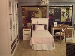Dormitorio juveil lacado con palilleria en dos colores.