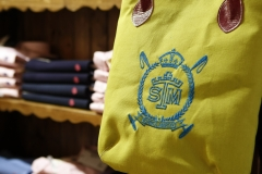 SANTA MARTA MODA detalle de un bolso bordado y acabado en piel de Ubrique  69�00EUR