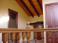 Detalle de barnizado de escalera en cabaña de cantabria