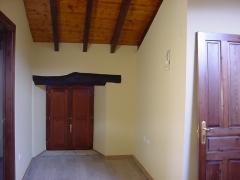 Detalle de barnizado de vigeria y ventana en zona de habitaciones de caba�a de cantabria
