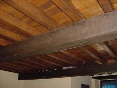 Detalle de barnizado de videria interior en cabaña en cantabria