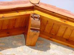 Detalle de barnizado de vigas de tejado en caba�a en cantabria