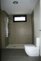 Baño sanitario meridian compac y azulejos de saloni