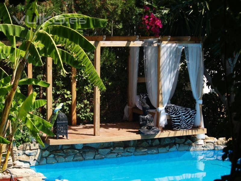 Foto p rgola chill out con cama junto a piscina for Pergolas para piscinas