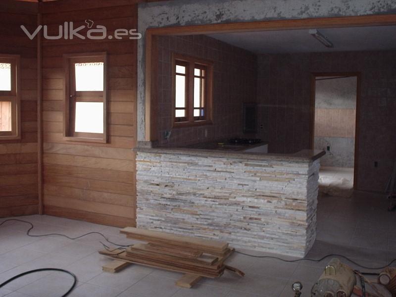 Foto cocina en casa de madera combinada con piedra - Casa madera y piedra ...