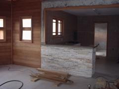 Cocina en casa de madera, combinada con piedra