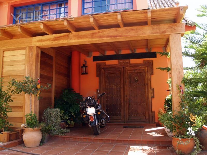 Foto porche de entrada para resguardar port n for Ver puertas de entrada de casas