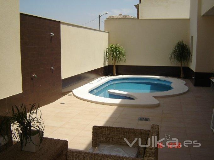 Foto casa con patio interior y piscina for Piscina interior casa