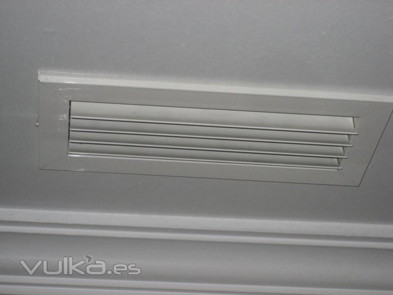Foto rejilla impulsion lama curva for Rejillas aire acondicionado regulables