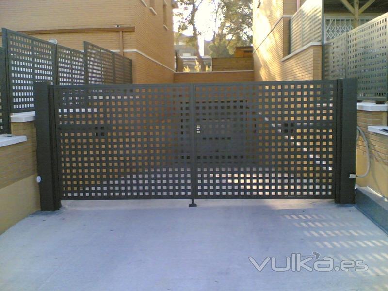 Foto puerta batiente de chapa perforada motorizada for Fotos de puertas metalicas modernas