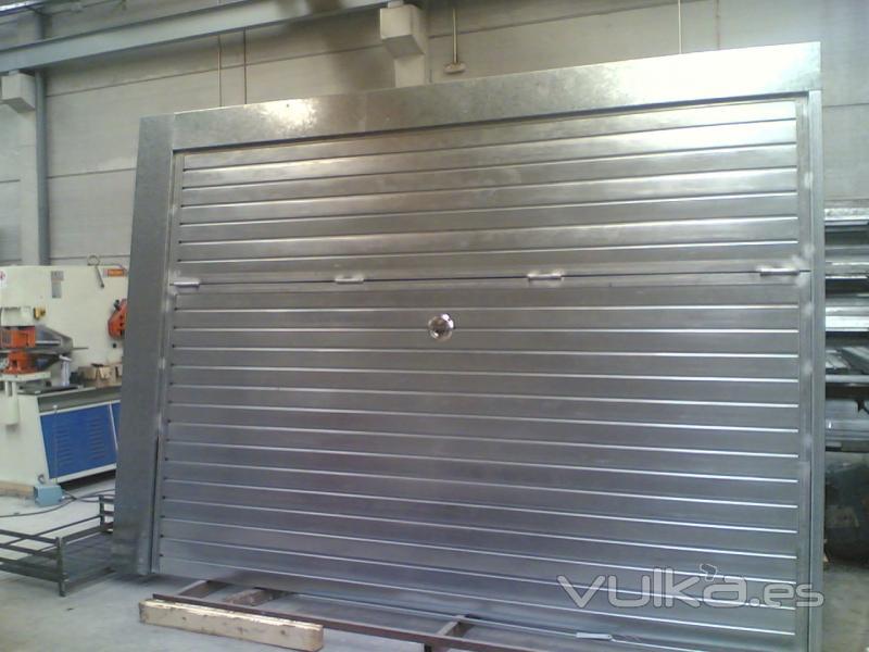 Foto puerta basculante de chapa galvanizada for Puerta garaje basculante precio