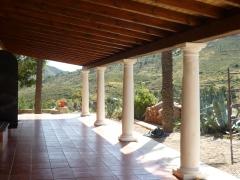 Pergola madera y columna de piedras