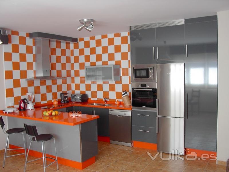 Foto cocina formica naranja gris 1 - Cocinas naranjas y blancas ...