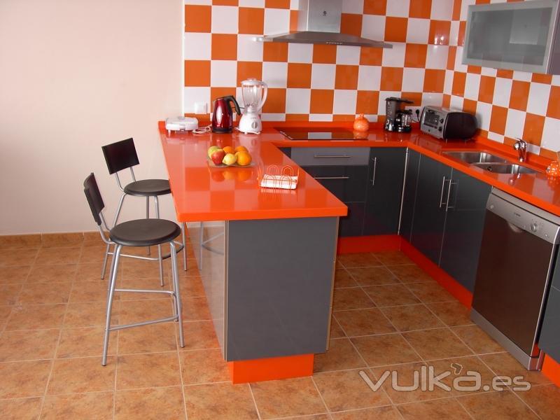 Foto cocina formica naranja gris 3 - Cocina blanca y naranja ...