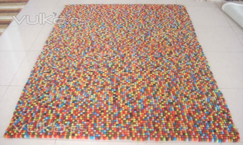 Foto alfombra de bolas de fieltro fabricacion manual - Alfombras para empresas ...